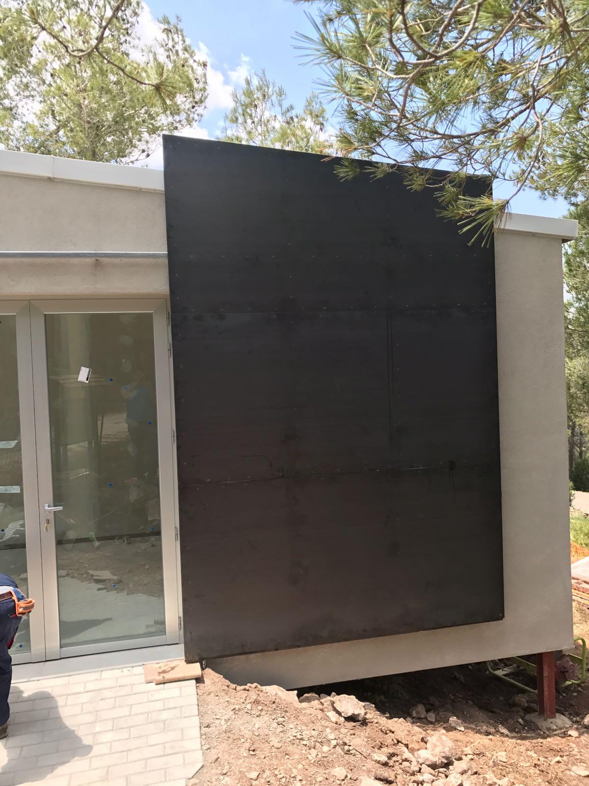 Puerta cierre fachada casa de campo