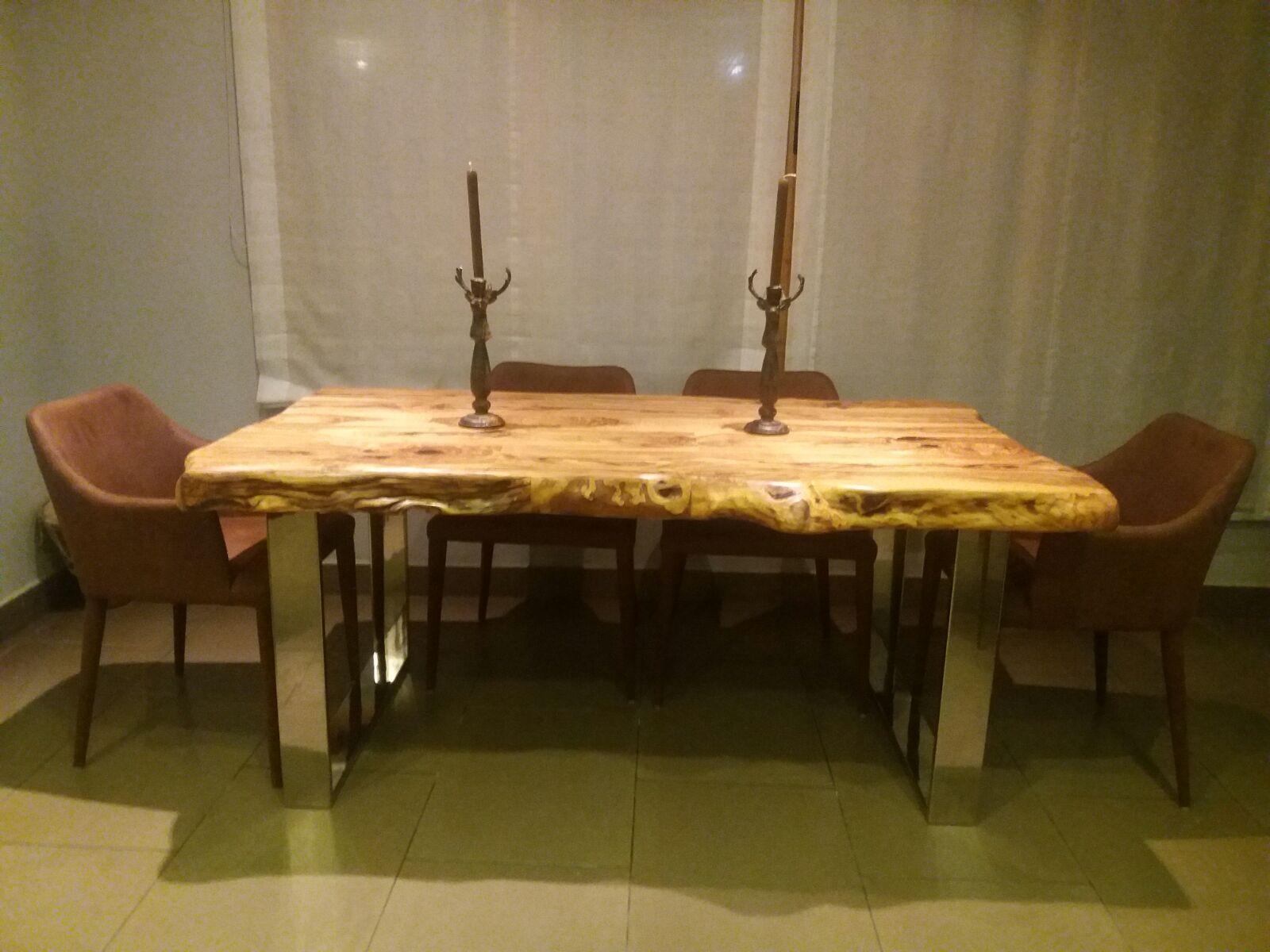 Mesa en madera de olivo y patas de acero inoxidable.
