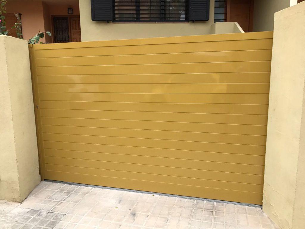 Puerta corredera de aluminio lacado color Ral