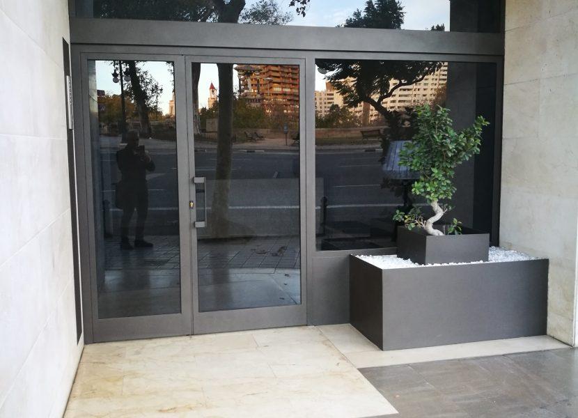 Puerta comunidad con elementos decorativos-Metaldone