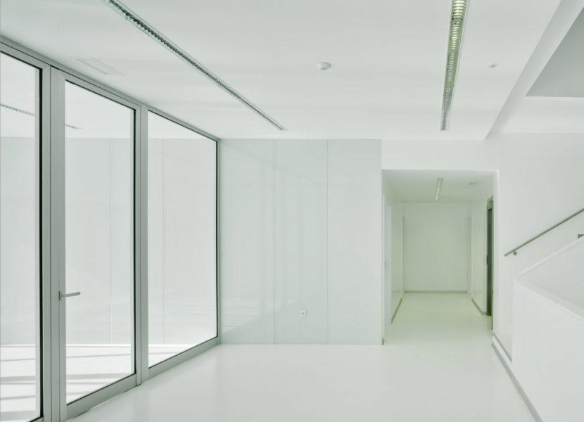 Puertaabatiblealuminiocristal-ventanalesfijosfachada-aluminio-metaldone-cortizo
